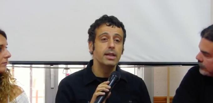 Javier García habla sobre la democratización de Internet usando la experiencia de los medios comunitarios.